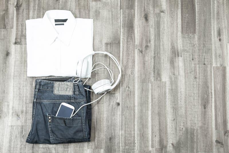 Download Attrezzatura Informale Con Il Cellulare Fotografia Stock - Immagine di pantaloni, moderno: 56889228