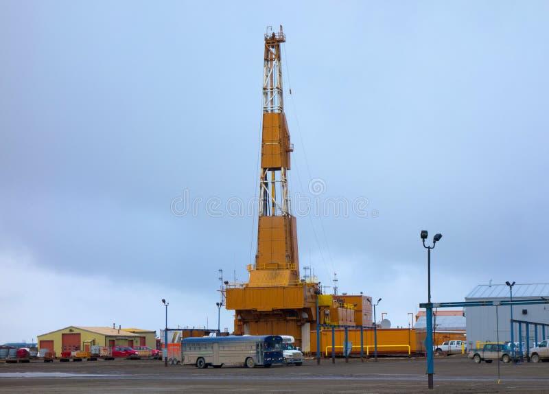 Attrezzatura massiccia utilizzata nell'affare della trivellazione petrolifera nell'Artide fotografia stock libera da diritti