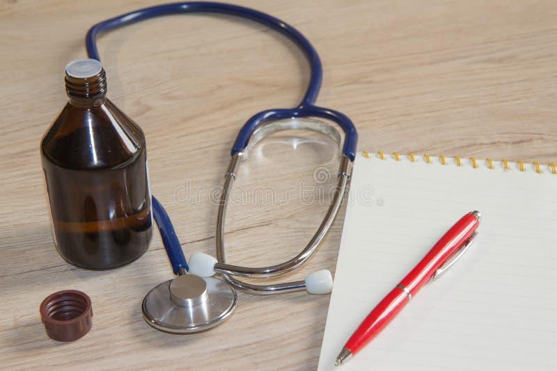 Attrezzatura medica da buona salute sul concetto degli strumenti della medicina immagine stock libera da diritti