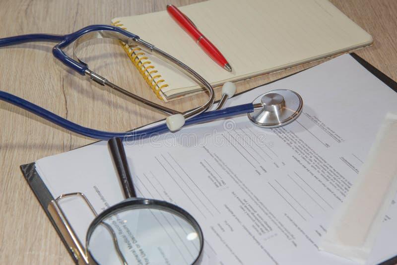 Attrezzatura medica da buona salute sul concetto degli strumenti della medicina immagini stock