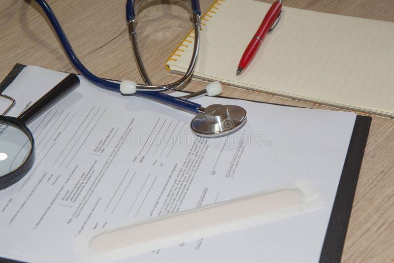 Attrezzatura medica da buona salute sul concetto degli strumenti della medicina immagini stock libere da diritti