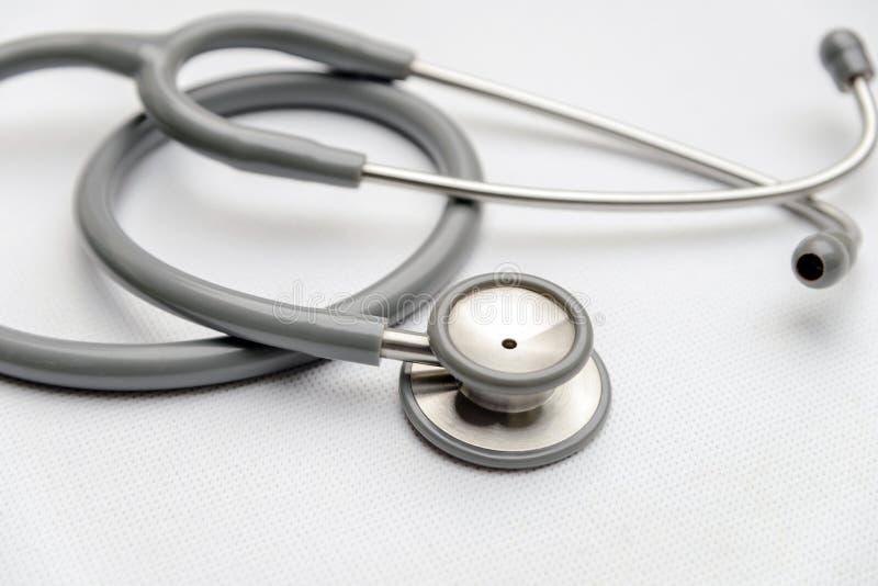 Attrezzatura medica grigia dallo stetoscopio su tela bianca dispositivo degli strumenti per medico fotografia stock libera da diritti
