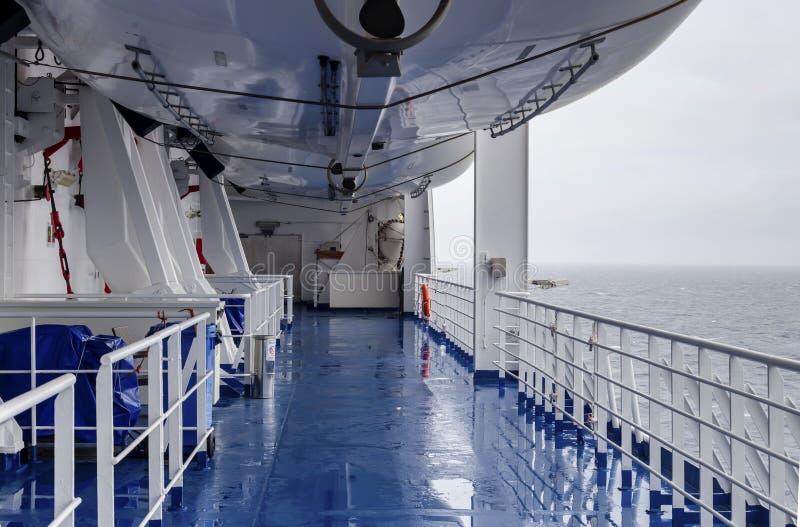 Attrezzatura per i salvandi vite sulla piattaforma di una nave un giorno nuvoloso e piovoso fotografie stock