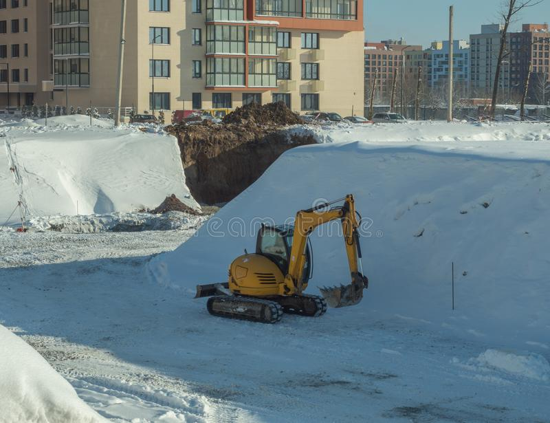 Attrezzatura per l'edilizia sulla costruzione di una casa fotografia stock libera da diritti