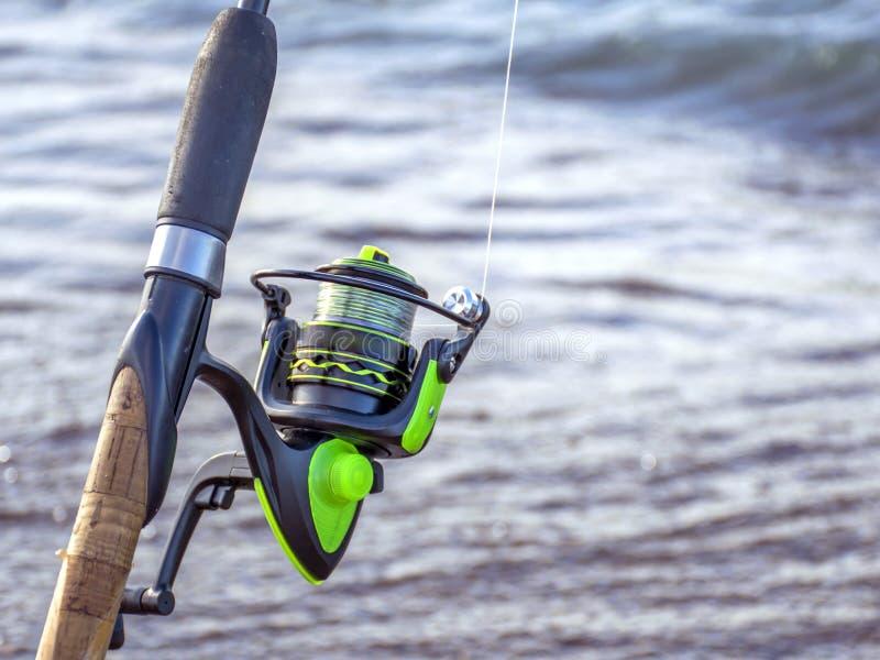 Attrezzatura per pescare Bobina per una via o una filatura campeggio Pescando nello stagno fotografia stock