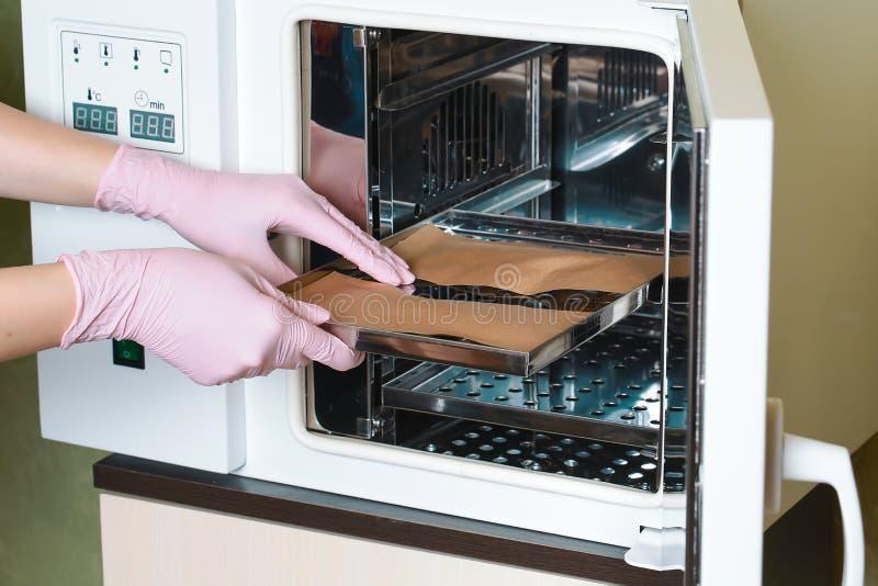 Attrezzatura per pulizia sterile dello strumento funzionante del manicure Il processo è effettuato da un infermiere in un padrone immagine stock
