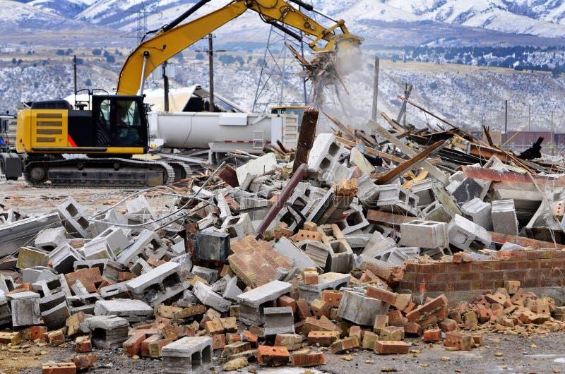 Attrezzatura pesante che strappa giù la costruzione di edifici fotografie stock