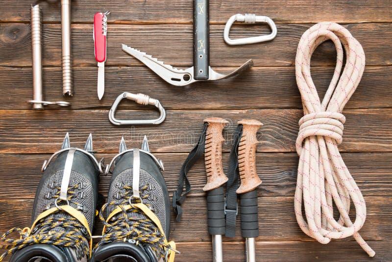 Attrezzatura rampicante: rope, scarpe di trekking, i ramponi, gli strumenti del ghiaccio, i fotografia stock libera da diritti