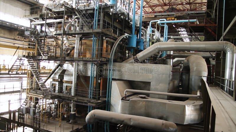 Attrezzature, cavi e conduttura come trovato dentro della centrale elettrica industriale scena Dentro una pianta enorme dell'indu fotografia stock