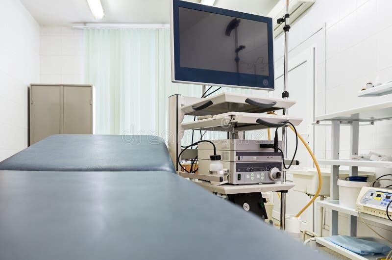 Attrezzature e apparecchi medici nella sala operatoria moderna endoscopia immagine stock