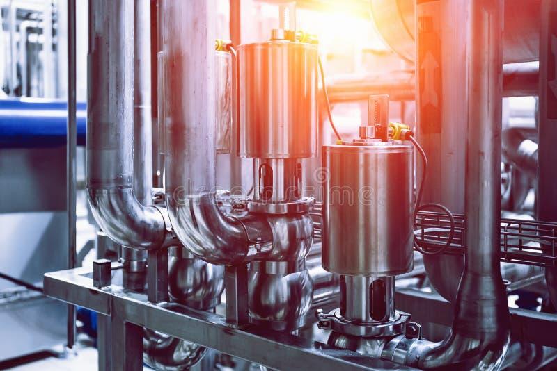 Attrezzature fare, bacini idrici o cisterne e tubi e condutture di acciaio inossidabile nella fabbrica moderna della birra Concet immagini stock libere da diritti
