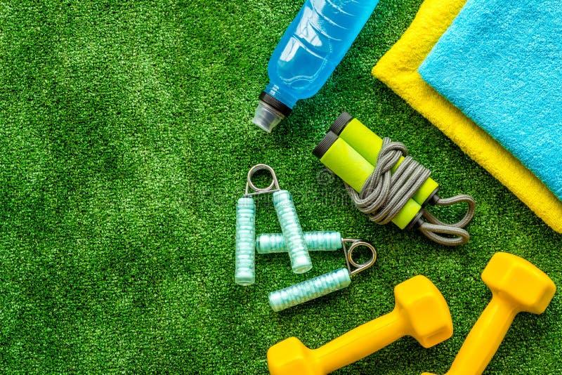Attrezzature sportive per autosviluppo Composizione con dumbbells sullo spazio di copia in primo piano in sfondo verde fotografia stock