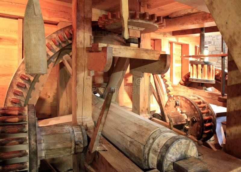 Attrezzi ed aste cilindriche di legno del laminatoio antico del grano da macinare fotografia stock libera da diritti