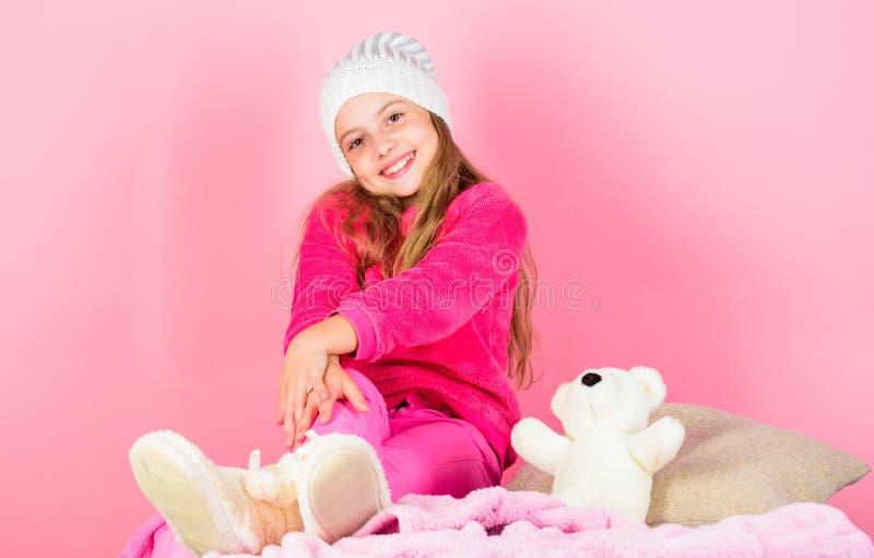 Attribut d'agrément de saison d'hiver Concept de saison d'hiver Accessoire de mode d'hiver Chapeau tricoté par fille d'enfant L'h photos libres de droits