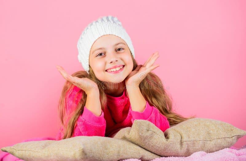 Attribut d'agrément de saison d'hiver Concept de saison d'hiver Accessoire de mode d'hiver Chapeau tricoté par fille d'enfant L'h images stock