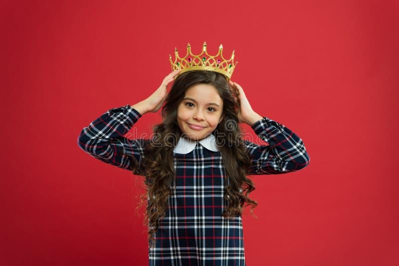 Attribut de monarque L'enfant portent le symbole d'or de couronne de la princesse Chaque fille rêvant de devenir princesse Madame photo libre de droits