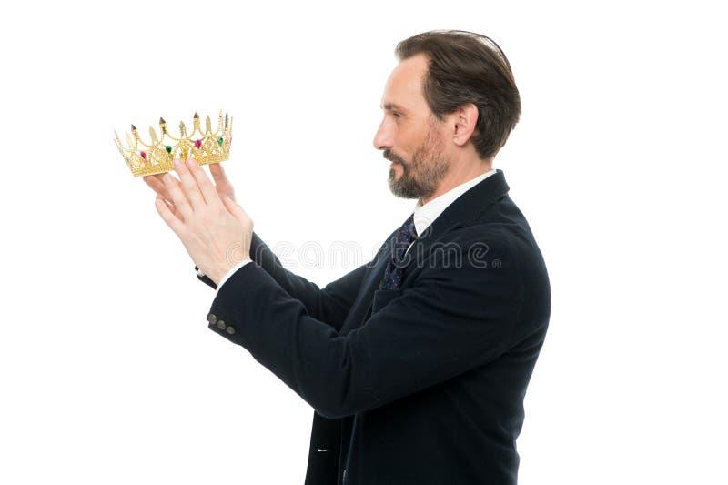 Attribut de roi Prochain roi devenu Traditions de famille de monarchie Type barbu de nature d'homme dans le symbole d'or de couro photo libre de droits