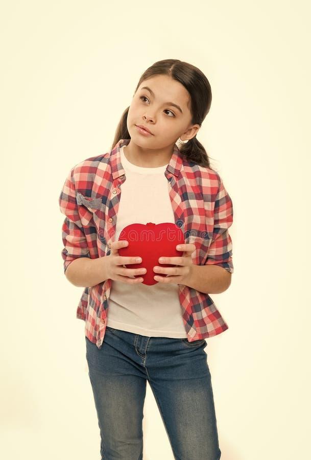 Attribut rouge de coeur de valentine Cadeau ou pr?sent de coeur J'? vous Salutation du coeur sinc?re Prise mignonne d'enfant de f photographie stock libre de droits