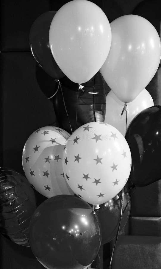 Attribut traditionnel de vacances de ballon Chaque partie a besoin de ballons Concept de joyeux anniversaire C?l?brez les vacance images libres de droits