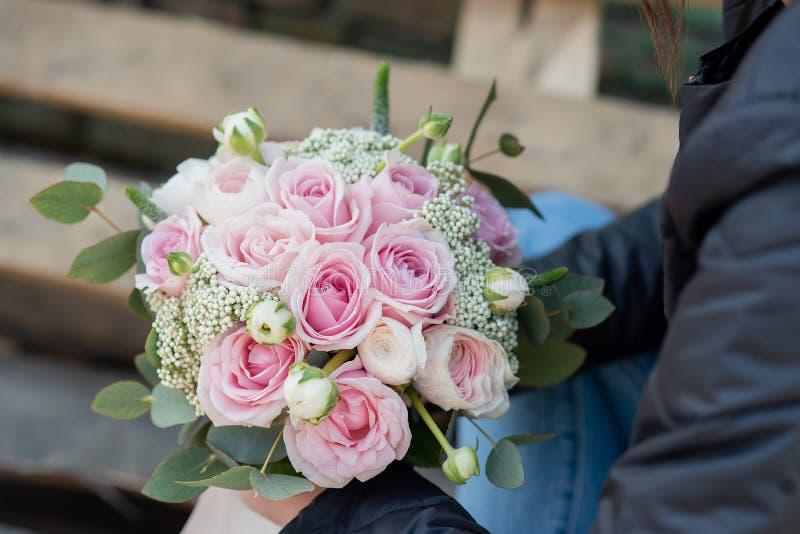 attributi alla moda di nozze della sposa bride& classico x27; mazzo di s fotografia stock libera da diritti