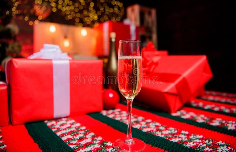 Attributo tradizionale del nuovo anno Nuovo anno felice e Buon Natale Vetro della fine del champagne in su E immagini stock