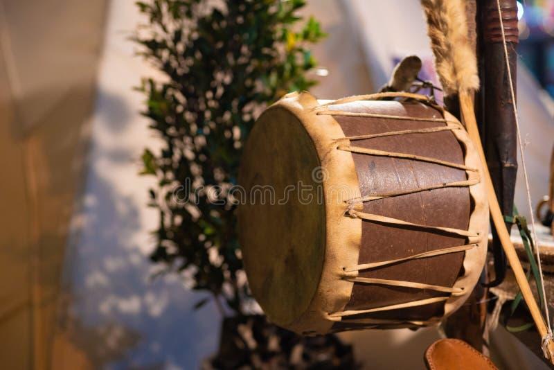 Attributs de culture de Natif américain à un festival de Natif américain Tambour de natif am?ricain photo stock