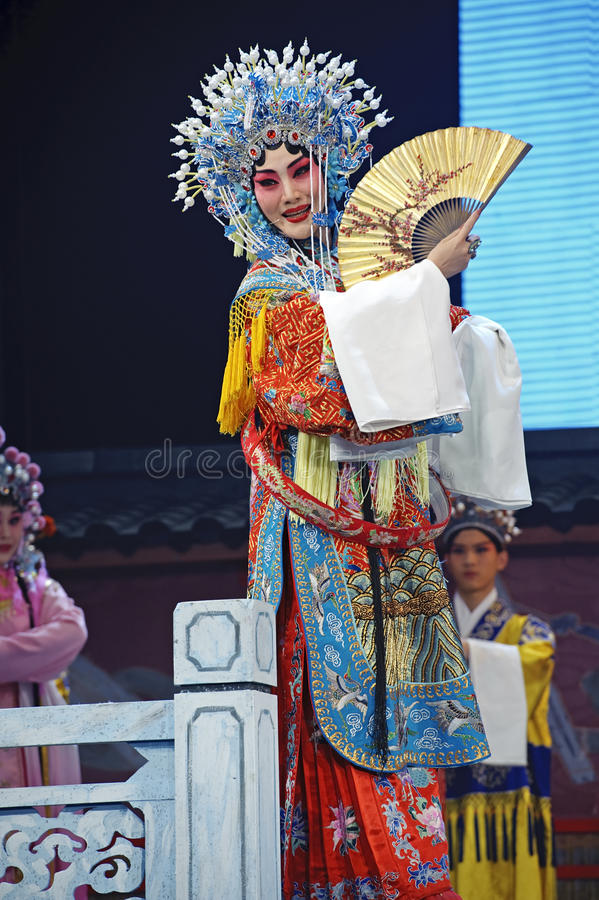 Attrice abbastanza cinese di opera con l'ornamento ricco in testa fotografia stock