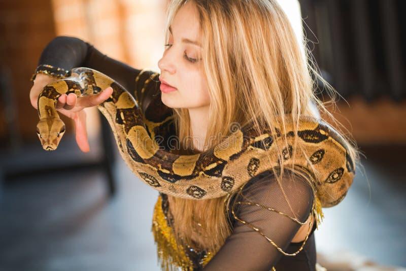 Attrice elegante del circo che posa con un pitone fotografie stock libere da diritti