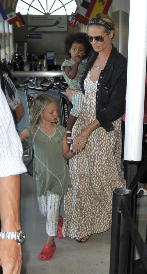 Attrice/Heidi di modello Klum con i bambini all'aeroporto di LASSISMO immagini stock