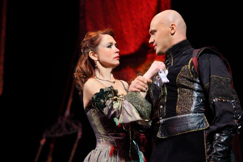 Attrice Olga Vorozhtsova ed attore Evgeniy Aksenov nel musical fotografia stock