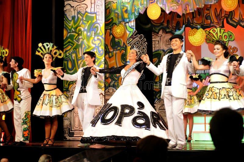 Attrici ed attori in scena che si tengono per mano, interno del teatro, gioco musicale - Hip Hop immagini stock