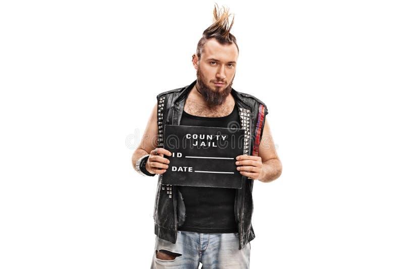 Attuatore punk che posa per un colpo di tazza immagini stock