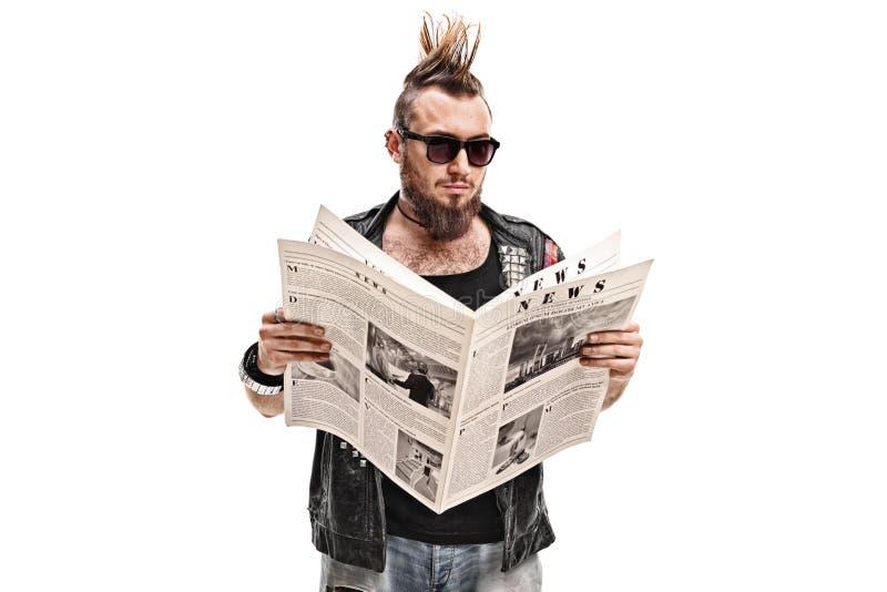 Attuatore punk maschio che legge un giornale immagine stock libera da diritti