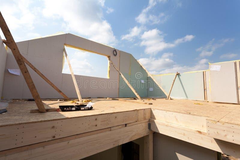 Attycki izbowy w budowie z gipsowymi tynk deskami Dekarstwo budowa Salowa Drewniana Dachowa Ramowego domu budowa zdjęcie royalty free