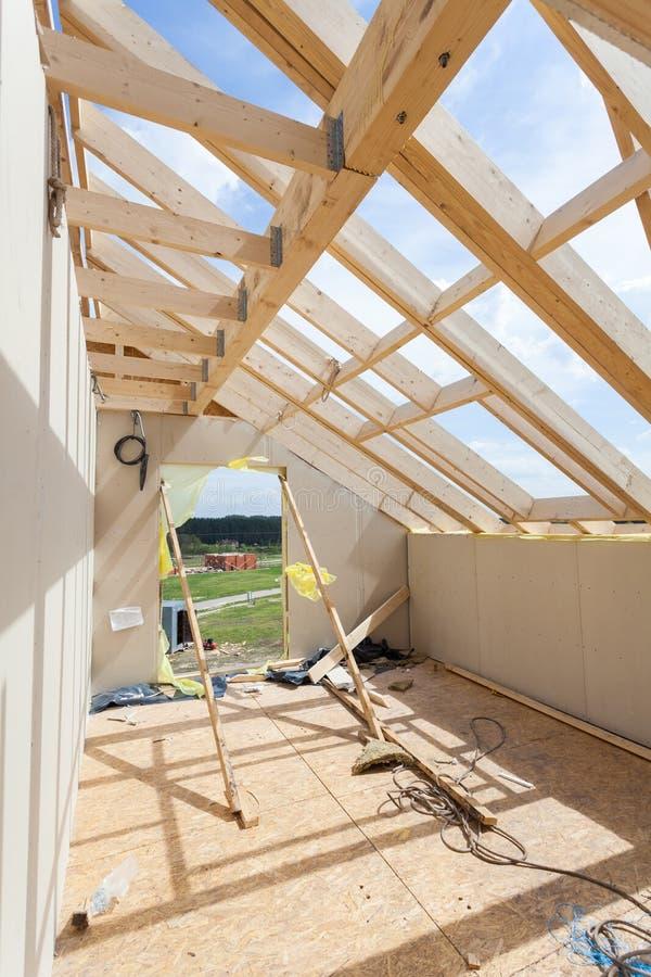 Attycki izbowy w budowie z gipsowymi tynk deskami Dekarstwo budowa Salowa Drewniana Dachowa Ramowego domu budowa fotografia royalty free