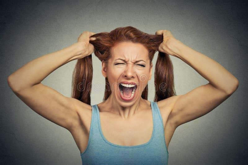 Atuação gritando da mulher irritada para fora fotos de stock