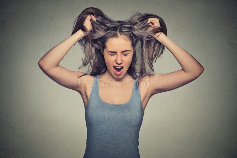 Atuação gritando da mulher irritada para fora imagem de stock