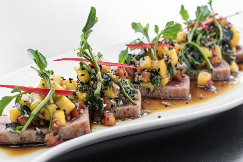 Atum assado e salada gourmet da fusão asiática moderna picante da manga imagem de stock royalty free