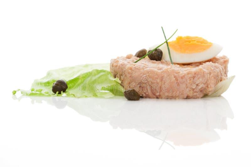 Atum com salada, ovos e alcaparras. imagens de stock
