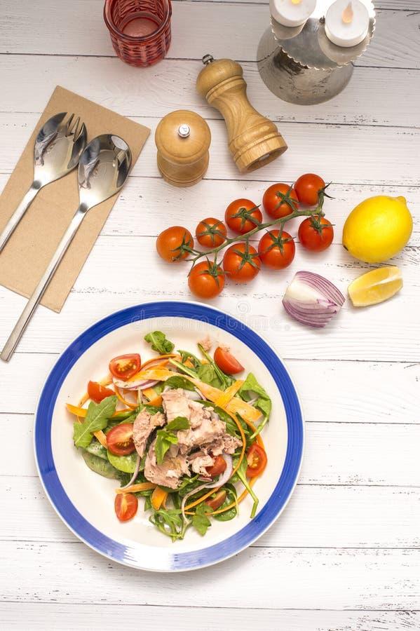 Atum da salada na tabela branca imagem de stock royalty free