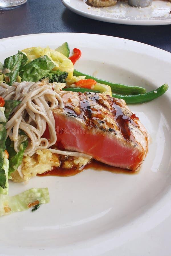 Atum de Ahi e salada passados ligeiramente de Soba fotos de stock royalty free