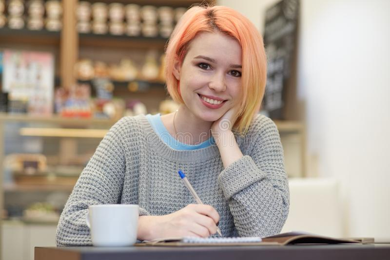 Atural allument le portrait de jeunes filles de sourire attirantes d'étudiant image stock