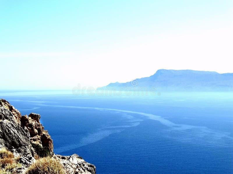 Aturdiendo la playa rosado-azul y caminar paisaje en Balos, Creta, Grecia fotografía de archivo libre de regalías