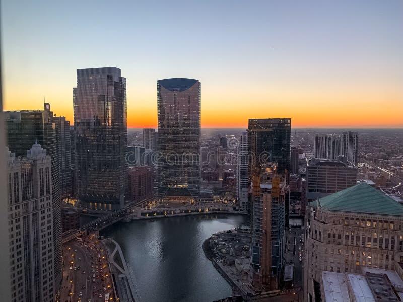 Aturdiendo puesta del sol sobre el río Chicago en enero imágenes de archivo libres de regalías