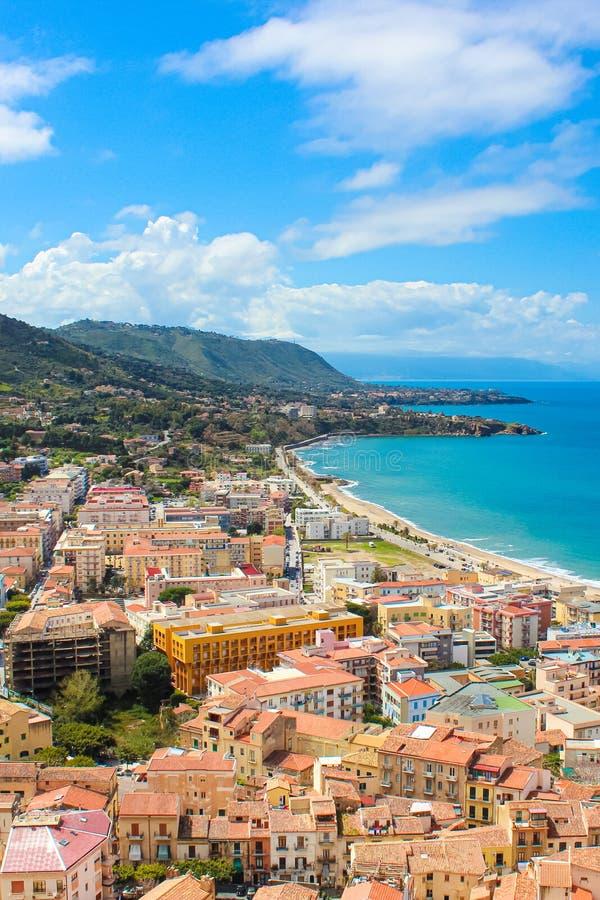 Aturdiendo vista de la ciudad costera Cefalu en Sicilia, Italia capturó en una imagen vertical La ciudad en costa tirrena imagenes de archivo