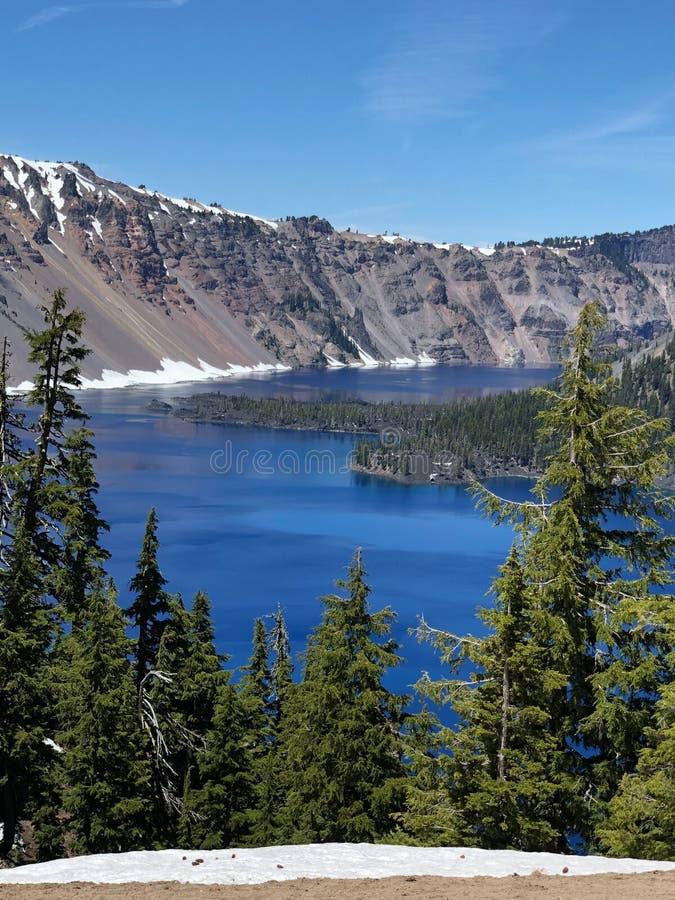 Aturdindo a água azul e a paisagem no parque nacional do lago crater em Oregon fotos de stock