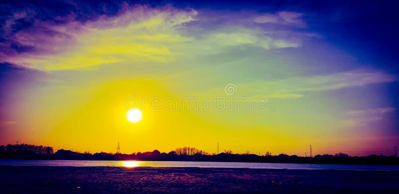 Aturdindo, céu muito colorido sobre o rio de Kuban! foto de stock royalty free
