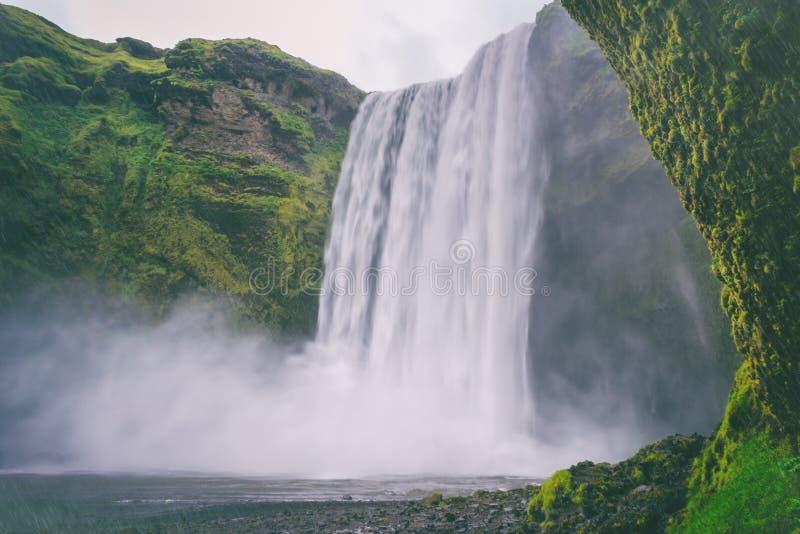 Aturdindo a cachoeira de Skogafoss em Islândia sul Skogar no dia chuvoso, paisagem temperamental do verão fotografia de stock
