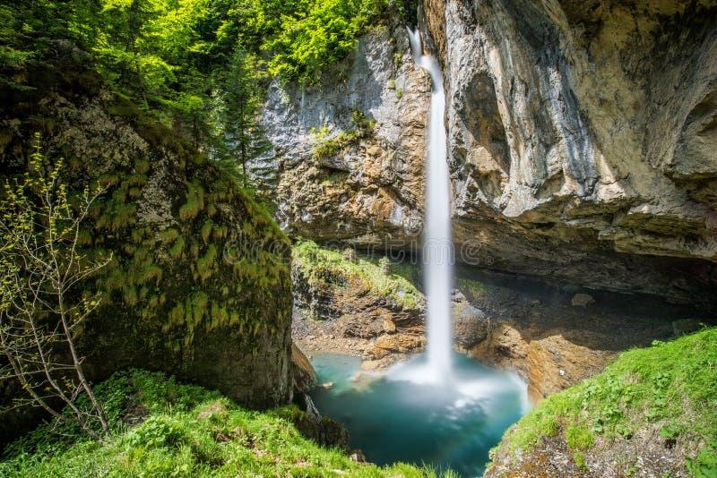 Aturdindo a cachoeira em Suíça perto de Klausenpass, cantão Glarus, Suíça, Europa imagens de stock royalty free