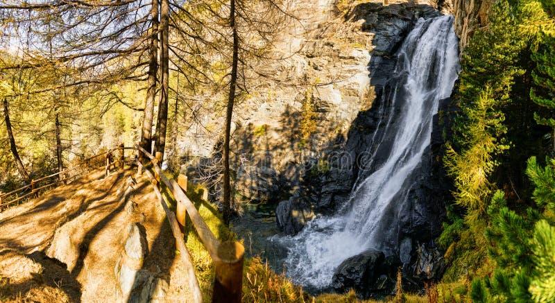 Aturdindo a cachoeira nas madeiras fotos de stock royalty free